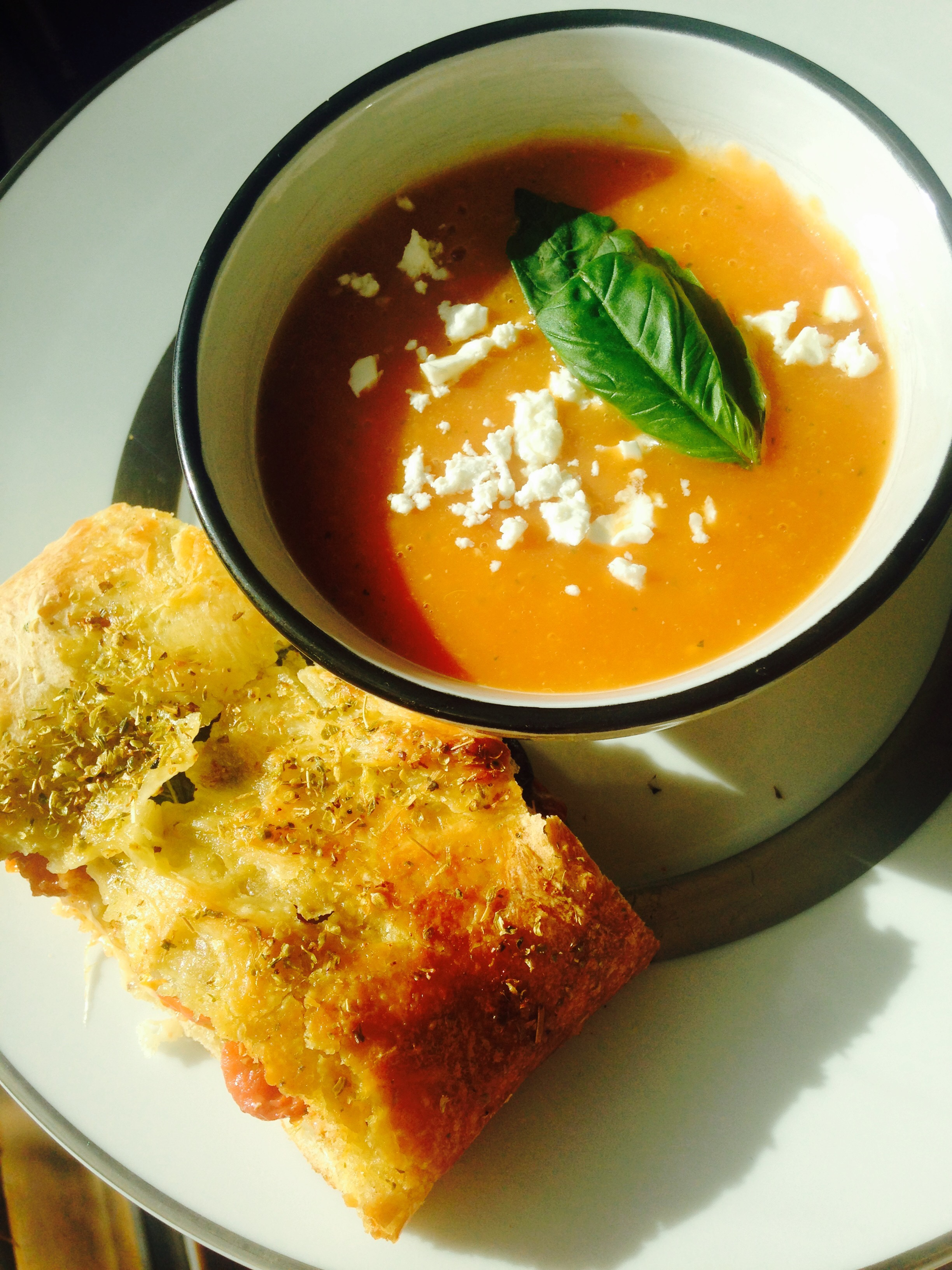 soupe de tomates basilic feta et fougasse veggie caf rose. Black Bedroom Furniture Sets. Home Design Ideas